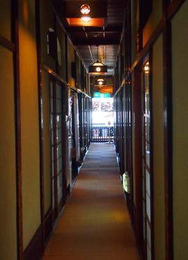 坊ちゃんの間への廊下.jpg